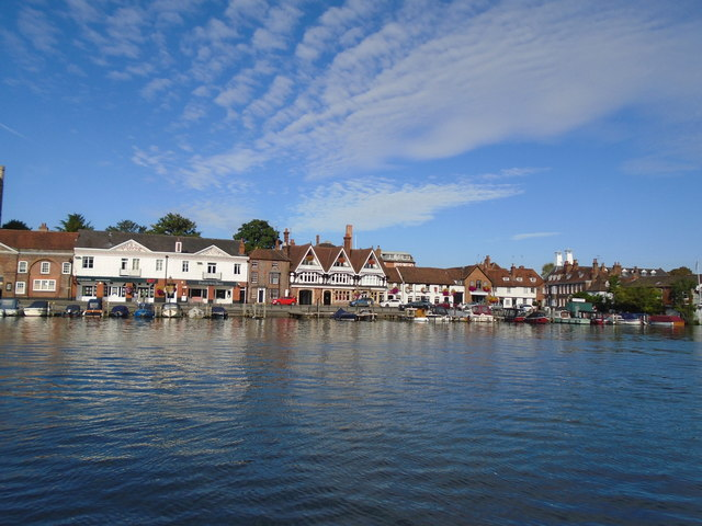 Henley on thames river bank homes